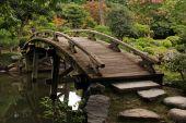 Wooden footbridge in japanese garden — Stock Photo