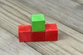 Cubos de madera coloridas sobre fondo de madera — Foto de Stock