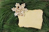 Blank christmas card on fir tree with homemade gingerbread — ストック写真