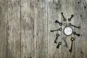 Composição decorativa com relógio de bolso antigo e chaves enferrujadas. — Fotografia Stock
