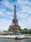 Eiffelova věž proti scénické zatažené obloze, Paříž — Stock fotografie