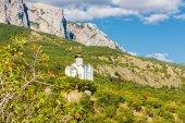 Dag landschap met de zee en de prachtige kerk. — Stockfoto