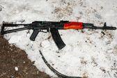 Kalashnikov assault rifle AK-47 in the snow — Stock Photo