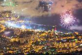 Visão noturna e fogo de artifício na cidade de Yalta, Crimeia — Fotografia Stock