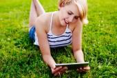 使用平板电脑的年轻女子 — 图库照片