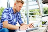 Man doing office work in cafe — Stockfoto