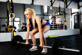 Female weightlifter focusing before lift — Stock Photo