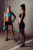 Two women standing with kettlebells — Foto de Stock