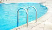 Étapes dans la piscine d'eau — Photo