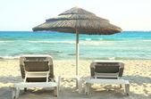 Güneş sandalye ve şemsiye — Stok fotoğraf