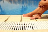 Female legs by the pool — Stock Photo