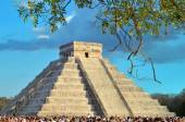 CHICHEN ITZA, MEXICO - MARCH 21,2014 Tourists watching the feathered serpent crawling down the temple (Equinox March 21 2014) — Stock Photo