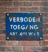 Blue plate with Dutch text 'No Trespassing' — Stock Photo