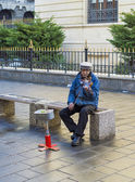 Poor man playing a violin to earn some money — Foto de Stock