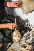 Spinning of linen fibers manually — Stock Photo