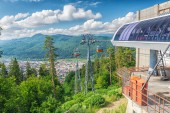 Cablaway with cable car arriving on top of mountain — Stock Photo