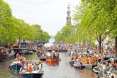 Amsterdam kanallarında tekne ve insanlar dolu — Stok fotoğraf