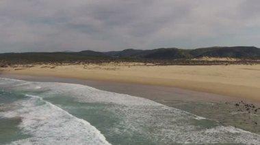 Waves break about rocks — Стоковое видео