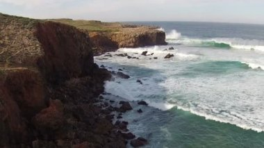 Waves break about rocks — Stock Video