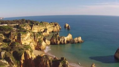 Luchtfoto van Praia Tres Irmaos in de Algarve Portugal — Stockvideo