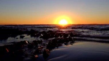 Natural rocks at the atlantic ocean at sunset in Portugal — Stockvideo