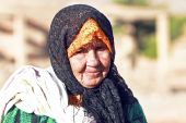 An old woman in desert — Stock Photo