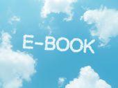 青い空を背景にデザインのクラウドの言葉 — ストック写真