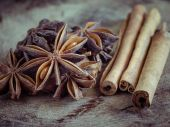 Cinnamon sticks and star anise on  wood background — Stockfoto