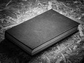 Черно-белая старая книга — Стоковое фото