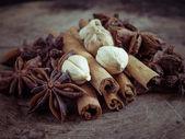 Palitos de canela y anís de la estrella sobre fondo de madera — Foto de Stock