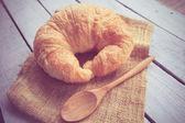 Des Croissants frais sur bois avec effet de filtre rétro — Photo