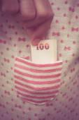 Prendendo i soldi dalla tasca con filtro effetto retro stile dell'annata — Foto Stock