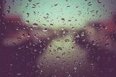 滴的雨水与滤波效果复古怀旧风格的玻璃 — 图库照片