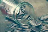 フィルター ガラスの瓶からこぼれ出るほどコイン効果レトロ vi — ストック写真