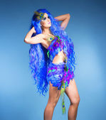 Woman in Blue Wig and Dress of Feathers — 图库照片