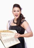 Canto de cantor de ópera no palco vestido — Fotografia Stock