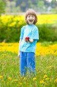 Chlapec s Red Apple v zahradě — Stock fotografie