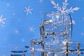 氷の水 - Snowfalke 背景のガラス — ストック写真
