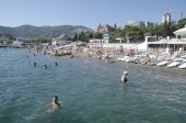People sunbathe and swim — Stock Photo