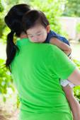 Mother carrying her daughter in home backyard — Stock fotografie