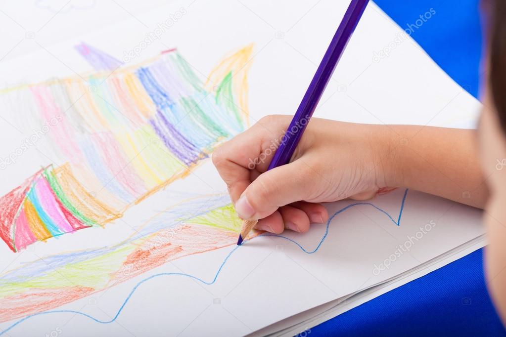 Рисующая рука ребёнка