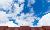 Red roof of house against blue sky — 图库照片