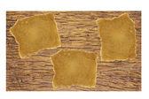 旧木墙上的纸 — 图库照片