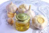Knoflook bollen en pot met honing als gezond eten — Stockfoto