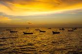 Photo Stock - vista escénica de barco flotando en el mar mientras soles — Foto de Stock