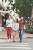 Young people walking around the town — Foto de Stock