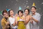 Friends under falling confetti at party — Stockfoto