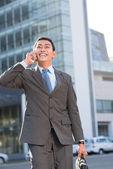 Asian entrepreneur talking on mobile phone — ストック写真