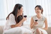 Amici femminili coreani bere vino — Foto Stock