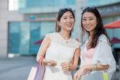 買い物袋を持つ女の子 — ストック写真